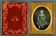 Forhåndsvisning av Mädchen in kariertem Kleid, USA, ca. 1852.