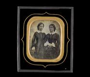 Visualizza Portrett av to unge, stående kvinner i like k… anteprime su