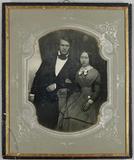 Thumbnail af Junges Paar, sie sitzend, er neben ihr stehen…