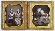 Thumbnail af Familien-Doppelporträt: links die Eltern und …