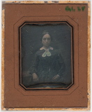 Visualizza Portrett av ung kvinne som sitter og lener se… anteprime su