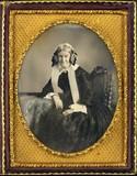 Miniaturansicht Vorschau von Portrait de femme, à mi-jambes, assise sur un…