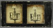 Visualizza Stilleven met lamp, spiegel en fles, op ronde… anteprime su