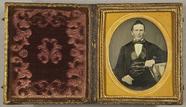 Visualizza Gentleman in schwarzer Seidenweste, am Tisch … anteprime su