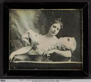 Visualizza Brustbild einer jungen Frau in weißem Kleid (… anteprime su