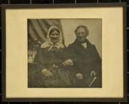 Visualizza Sitzendes älteres Ehepaar, sie untergehakt, e… anteprime su