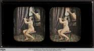 Visualizza Seitlich sitzender Akt vor einem Spiegel anteprime su