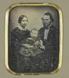 Forhåndsvisning av Ehepaar mit kleinem Kind in der Mitte, sitzen…