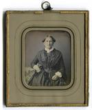 Miniaturansicht Vorschau von Eine Frau sitzt frontal der Kamera gegenüber …