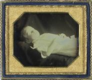 Visualizza post-mortem portrait of unknown child, laying… anteprime su