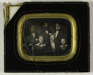 Visualizza Gruppeportrett av syv personer. fire menn og … anteprime su