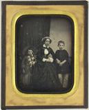 Visualizza Frau mit einem flachen weißen Hut, sitzend, z… anteprime su