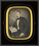 Visualizza Portrait d'homme, à mi-genoux, assis, de troi… anteprime su