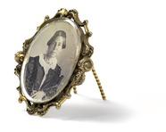 Visualizza Brosche, oval, mit Daguerreotypie: Bildnis ei… anteprime su