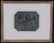 Visualizza Drei Schwestern vor einer Balustrade sitzend,… anteprime su