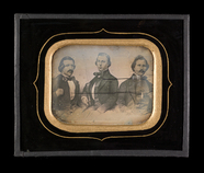 Visualizza Gruppebilde med tre sittende menn. Avfotograf… anteprime su