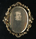 Visualizza Gold brooch with daguerreotype oval bust port… anteprime su