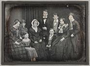 Visualizza Familienbild Mollwo mit 9 Personen stehend un… anteprime su