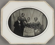 Visualizza Familienbild mit vier Personen, drei Frauen u… anteprime su