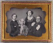 Visualizza Familienporträt, zwei Frauen, älterer Mann un… anteprime su