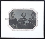 Visualizza Aufnahme einer Gruppe von drei Personen: Zwei… anteprime su