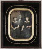Visualizza Zwei Frauen sitzend, ein junger Mann zwischen… anteprime su