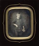 Miniaturansicht Vorschau von Ein etwa zehnjähriger Junge steht en face zur…