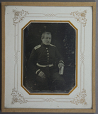 Visualizza Portrait eines Offiziers neben einem kleinen … anteprime su
