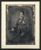 Visualizza Portrait de femme âgé, à mi-jambes, assise, d… anteprime su
