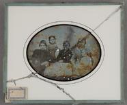 Visualizza Gruppenbild mit 4 Kindern und einer Frau am T… anteprime su