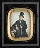 Visualizza Portrait of a man wearing a top hat, three-qu… anteprime su