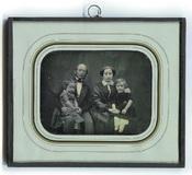 Visualizza Bildnis einer vierköpfigen Familie, Elternpaa… anteprime su