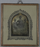 Esikatselunkuvan Drei junge Frauen, zwei sitzen, die mittlere … näyttö
