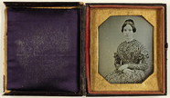 Visualizza Porträt einer sitzenden jungen Frau in auffäl… anteprime su