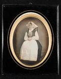 Visualizza Studio portrait of a women i national costume… anteprime su