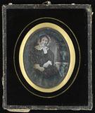 Visualizza Ältere Frau mit weißer Haube an einem Tisch m… anteprime su