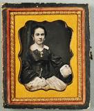 Visualizza Porträt einer Frau mit Medaillon. USA. anteprime su