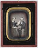 Visualizza Ehepaar mit ihrem kleinen Sohn in der Mitte, … anteprime su