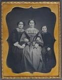Visualizza Porträt von zwei Frauen und einem Jungen. Kol… anteprime su