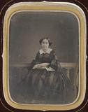 Visualizza Jeune femme assise en robe de ville anteprime su