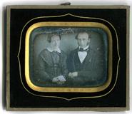Miniaturansicht Vorschau von Die Daguerreotypie ist im Querformat gehalten…