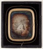 Visualizza Die Abbildung zeigt einen jungen Mann vor ein… anteprime su