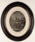 Visualizza Abgebildet sind sechs Männer, drei stehend, d… anteprime su