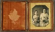 Stručný náhled Schwestern mit Büchern, USA, ca. 1848.