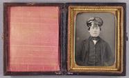 Visualizza Halbporträt eines Eisenbahners mit schwarzer … anteprime su