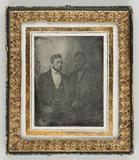 Visualizza Zwei junge Männer mit Bart vor einer gemalten… anteprime su