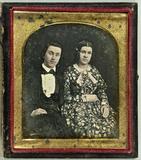 Thumbnail af Junges Paar, sie in gemustertem Kleid.