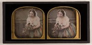 Thumbnail af Leicht bekleidete Frau mit Blumenstrauß