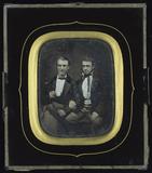 Thumbnail preview van Zwei junge Männer nebeneinander sitzend, den …