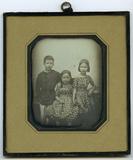 Visualizza Zwei Mädchen und ein Junge sind vor der Kamer… anteprime su